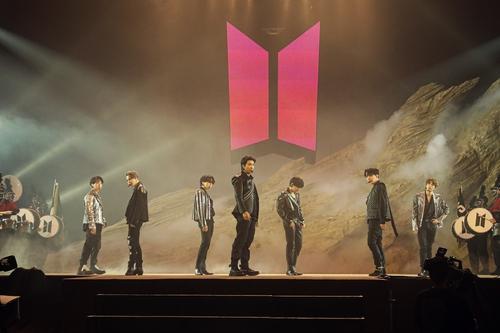 """资料图片:防弹少年团线上直播演唱会""""BTS MAP OF THE SOUL ON:E""""现场照 韩联社/Big Hit娱乐供图(图片严禁转载复制)"""
