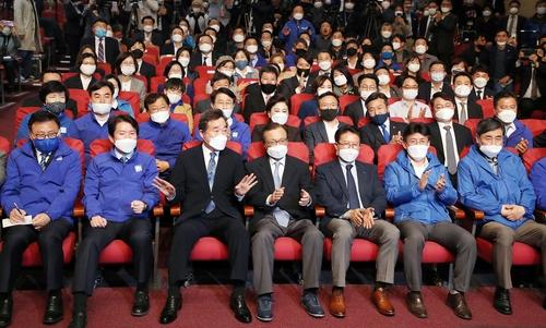 资料图片:收看国会议员选举开票直播的执政党共同民主党 韩联社