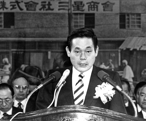 资料图片:三星电子会上李健熙在三星集团成立50周年纪念仪式上发言。 韩联社/三星电子供图(图片严禁转载复制)