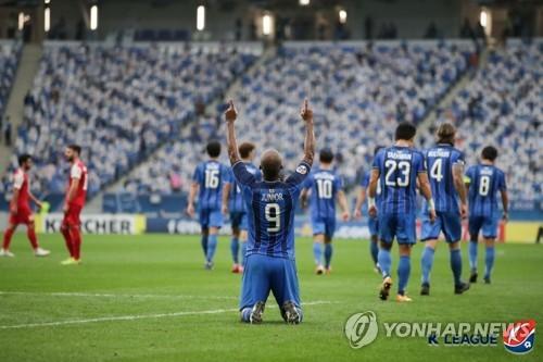 12月19日,2020亚足联冠军联赛(ACL)决赛在卡塔尔沃克拉的体育场举行,蔚山现代儒尼奥尔进球后庆祝。 韩联社/韩国职业足球联盟供图(图片严禁转载复制)