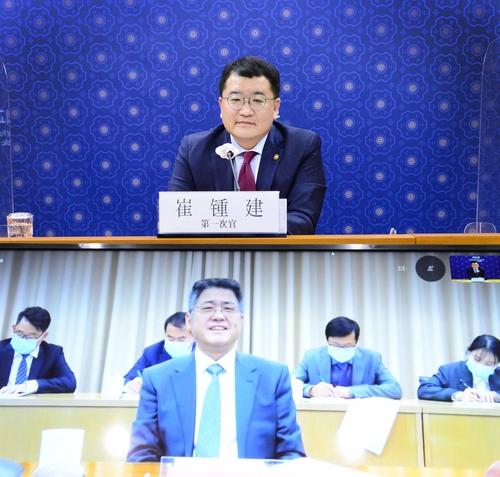 12月23日,韩国外交部第一次官(副部长)崔钟建(上)同中国外交部副部长乐玉成举行视频会谈。 韩国外交部供图(图片严禁转载复制)