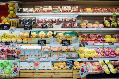 资料图片:泰国一超市的韩国水果货架 韩国农水产食品流通公社(aT)曼谷分社供图(图片严禁转载复制)