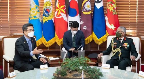韩国防长徐旭会见印度陆军参谋长纳拉瓦内