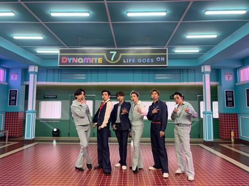 防弹少年团为日本唱片大赏献艺。 韩联社/Big Hit文娱供图(图片严禁转载复制)