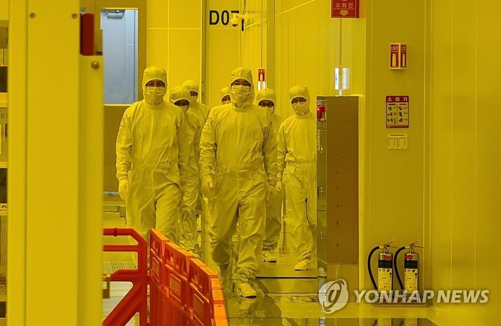 1月4日,在京畿道平泽工厂,李在镕视察极紫外线光刻生产线。 韩联社/三星电子供图(图片严禁转载复制)
