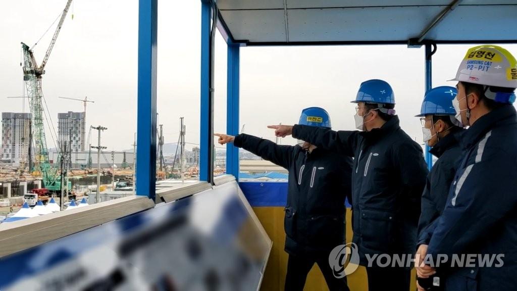 1月4日,李在镕视察平泽第三工厂施工现场。 韩联社/三星电子供图(图片严禁转载复制)