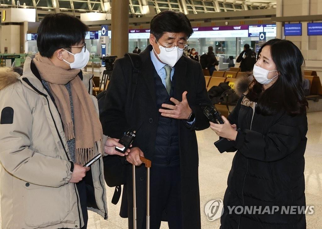 1月6日晚,在仁川机场,韩国政府谈判团团长高炅锡启程赴伊前接受采访。 韩联社(图片严禁转载复制)