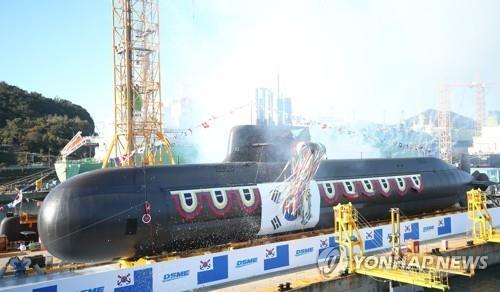 """资料图片:韩军3000吨级潜艇""""安武""""号下水仪式 韩联社"""