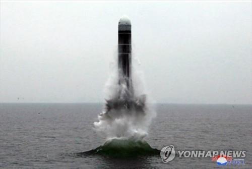 """资料图片:朝鲜试射潜射弹道导弹""""北极星-3""""。 韩联社/朝中社(图片仅限韩国国内使用,严禁转载复制)"""