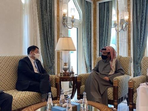 1月13日,在卡塔尔,韩国外交部第一次官崔钟建(左)会见卡塔尔副首相兼外交大臣穆罕默德·本·阿卜杜勒拉赫曼·阿勒萨尼。 韩联社/韩国外交部供图(图片严禁转载复制)