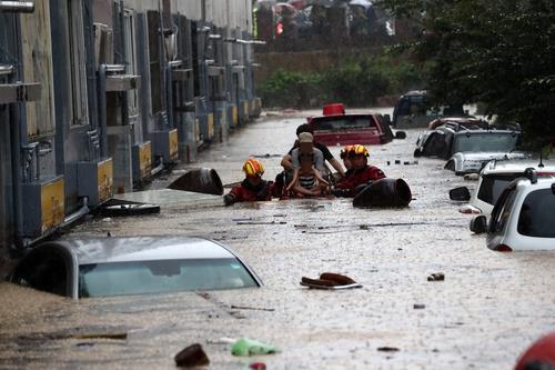 资料图片:大田市连日暴雨被水淹没道路,摄于2020年7月30日。 韩联社