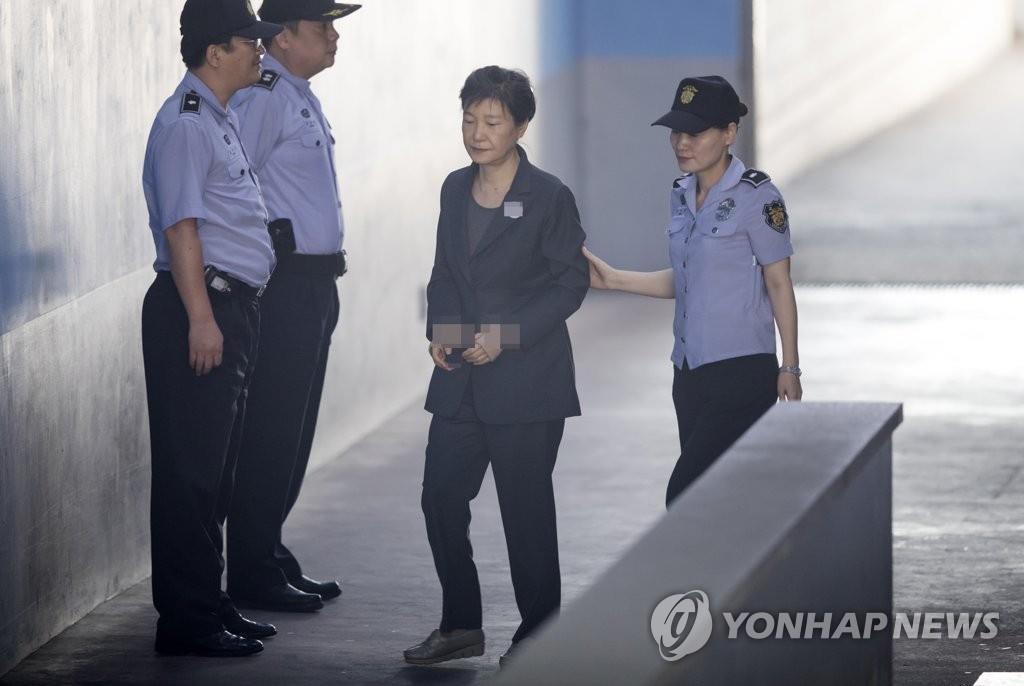 资料图片:2017年9月26日,朴槿惠(右二)前往首尔中央地方法院出庭受审。 韩联社