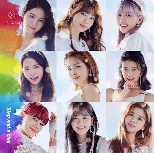 资料图片:日本女团NiziU的出道专辑《Step and a step》海报 韩联社/JYP娱乐供图(图片严禁转载复制)