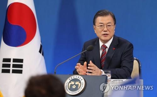 1月18日,韩国总统文在寅在新年记者会上答记者问。 韩联社