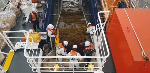 韩国海警全力展开铜藻清理工作
