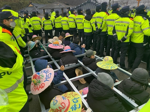 韩政府向萨德基地运入物资 警方驱散示威居民
