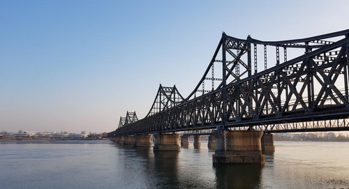 资料图片:连接辽宁丹东和朝鲜新义州的中朝友谊桥。 韩联社