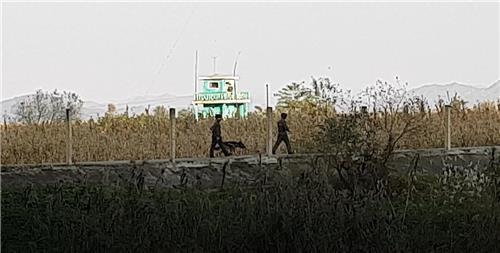 资料图片:朝鲜士兵在朝中边境线持枪巡逻,图片摄于2020年10月。 韩联社