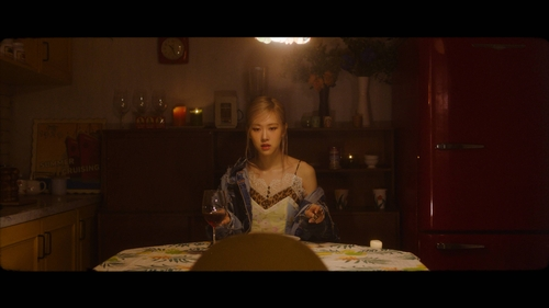图为ROSÉ首支个人单曲预告视频。 韩联社/YG娱乐供图(图片严禁转载复制)