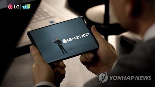 """资料图片:LG电子可卷曲手机""""LG Rollable""""亮相CES 2021 LG电子供图(图片严禁转载复制"""