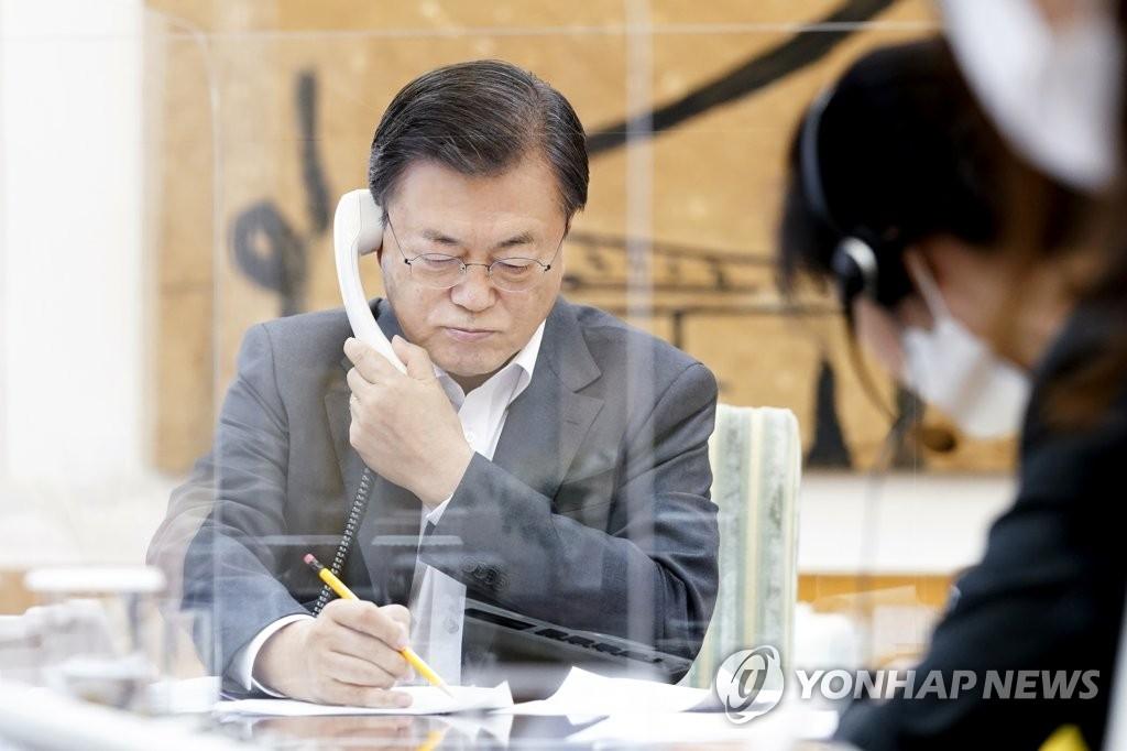 2月4日,在青瓦台,韩国总统文在寅与美国总统拜登通电话。 青瓦台供图(图片严禁转载复制)