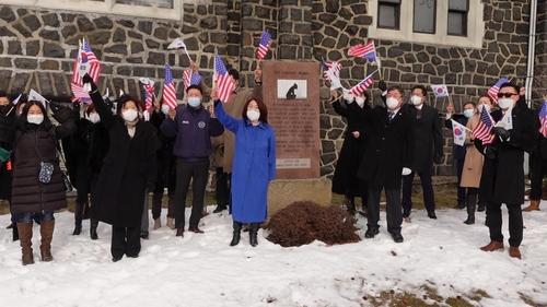 2月17日,在新泽西州克利夫赛德帕克附近设立的慰安妇纪念碑前,旅美韩侨举行集会,敦促美国教授撤回歪曲历史的论文。 韩联社/美国东北部韩人会联合会供图