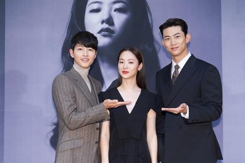 左起依次为演员宋仲基、全汝彬和玉泽演。 tvN供图(图片严禁转载复制)