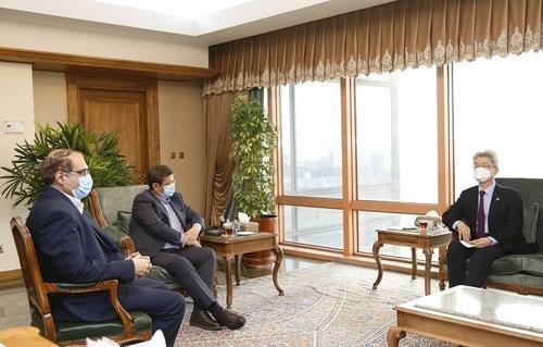 2月22日,在韩国驻伊朗大使馆,韩国驻伊朗大使柳静铉(右)会见伊朗央行行长阿卜杜勒纳赛尔·赫马提。 伊朗政府官网截图(图片严禁转载复制)
