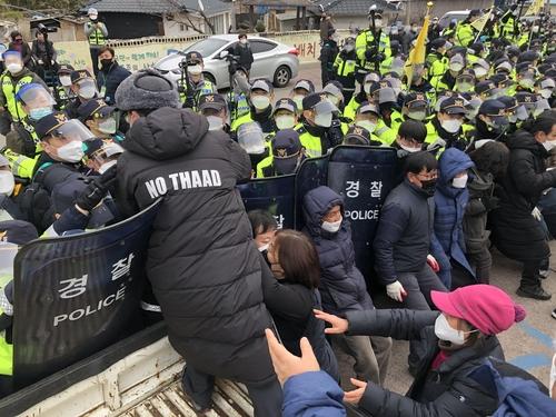 详讯:韩警方驱离萨德基地入口示威民众