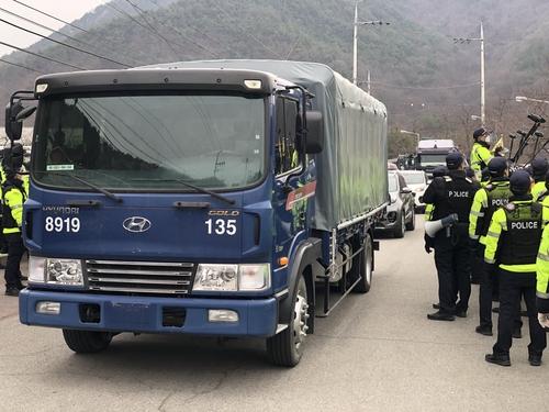2月25日,在庆尚北道星州郡萨德基地附近的韶成里村民会馆门前,当地居民与警方对峙,试图阻止载有施工装备和建材的车队进入基地。 韩联社