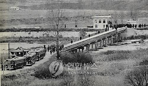 """1968年12月23日,在板门店,82名普韦布洛号乘员走过""""有去无回桥""""获得自由。 韩联社/朝中社(图片仅限韩国国内使用,严禁转载复制)"""