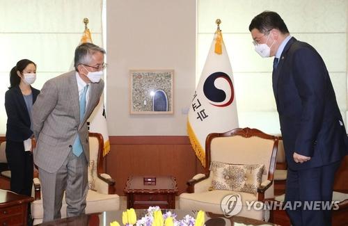 日本新任驻韩大使履新会见韩副外长