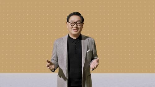 资料图片:三星电子映像显示事业部总裁韩宗熙在发布会上介绍新品。 三星电子供图(图片严禁转载复制)