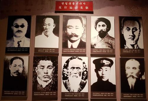 """3月4日,在中国吉林省延边的延吉博物馆内名为""""千秋正气-朝鲜族革命斗争史陈列""""的常设展览,韩国独立运动家的照片挂在墙上。 韩联社"""