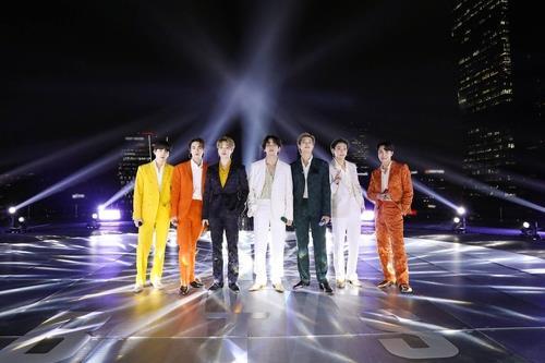 防弹少年团在格莱美颁奖礼上表演。 韩联社/Big Hit供图(图片严禁转载复制)