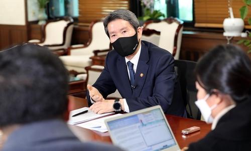 3月23日,在中央政府首尔大楼,李仁荣接受韩联社采访。 韩联社