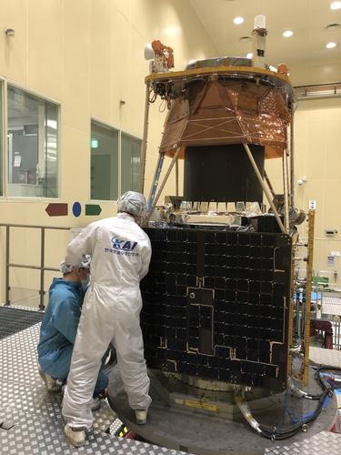 资料图片:韩国航空宇宙产业公司(KAI)员工检查新一代中型卫星2号。 韩联社/KAI供图(图片严禁转载复制)