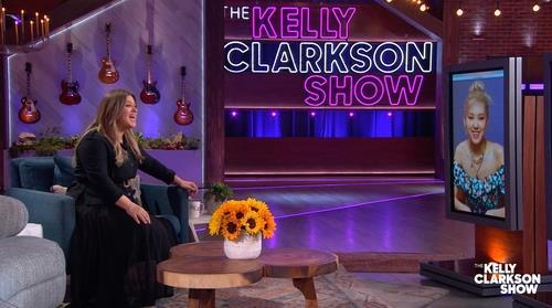 资料图片:当地时间3月29日,BLACKPINK成员ROSÉ在线做客美国NBC电视台招牌访谈节目《凯莉秀》。 YG娱乐供图(图片严禁转载复制