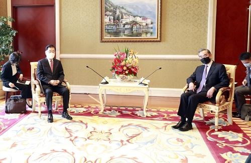 4月3日,在厦门海悦山庄酒店,韩国外交部长官郑义溶(左二)同中国国务委员兼外交部长王毅(右二)举行会谈。 韩联社