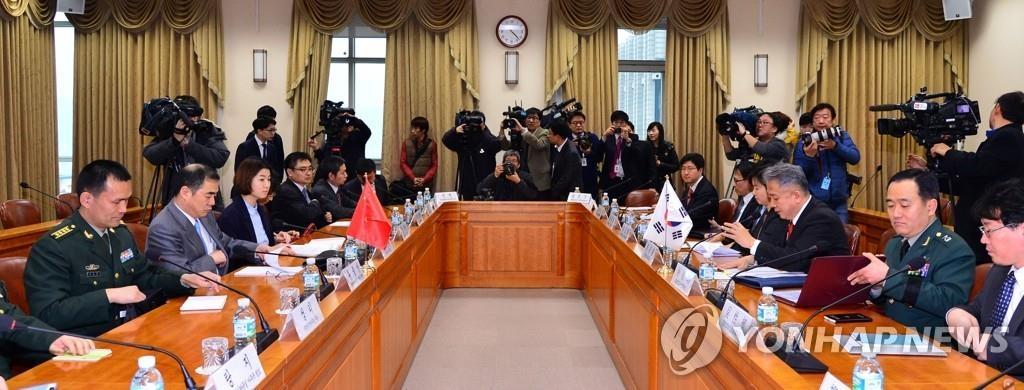 2015年1月5日,在首尔,韩中举行第二次外交安全司局级对话。韩国外交部东北亚局局长李相德和中国外交部亚洲司司长孔铉佑共同主持对话。 韩联社