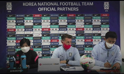4月7日,韩国女足主教练科林·贝尔(中)在线接受媒体采访。左为韩国名将池笑然。东京奥运会女足亚洲区预选赛附加赛韩中对阵的首场比赛将于8日在韩国京畿道高阳综合体育场进行。 韩联社/采访视频截图(图片严禁转载复制)