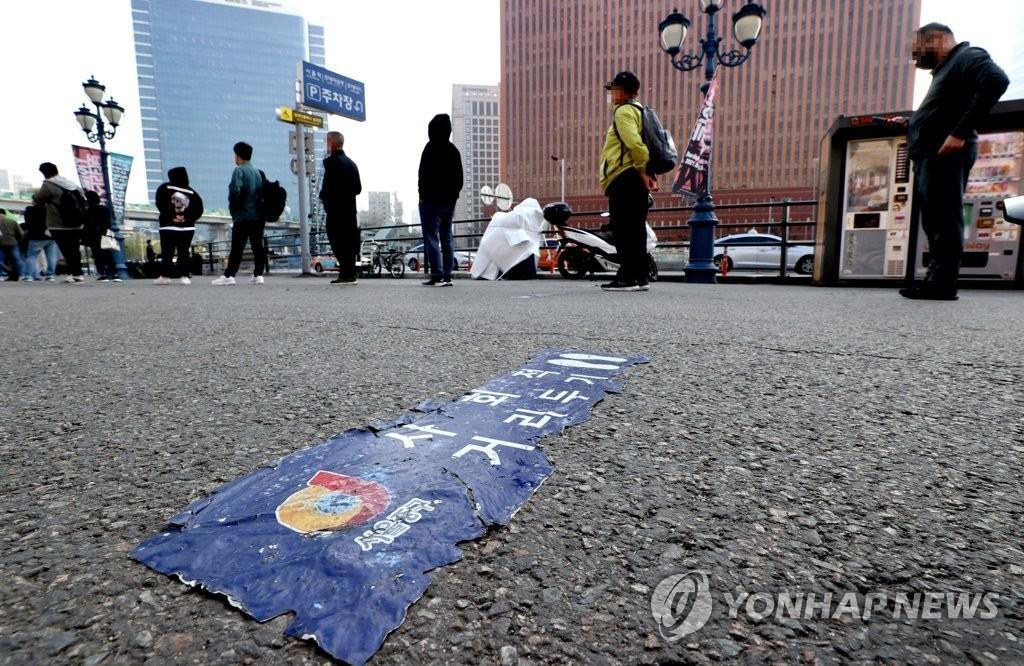 资料图片:市民在临时筛查诊所前排队接受病毒检测。 韩联社