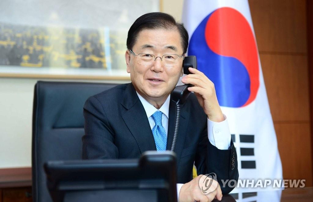 资料图片:3月26日,在首尔,韩国外交部长官郑义溶同美国总统气候问题特使约翰·克里通电话。 韩联社