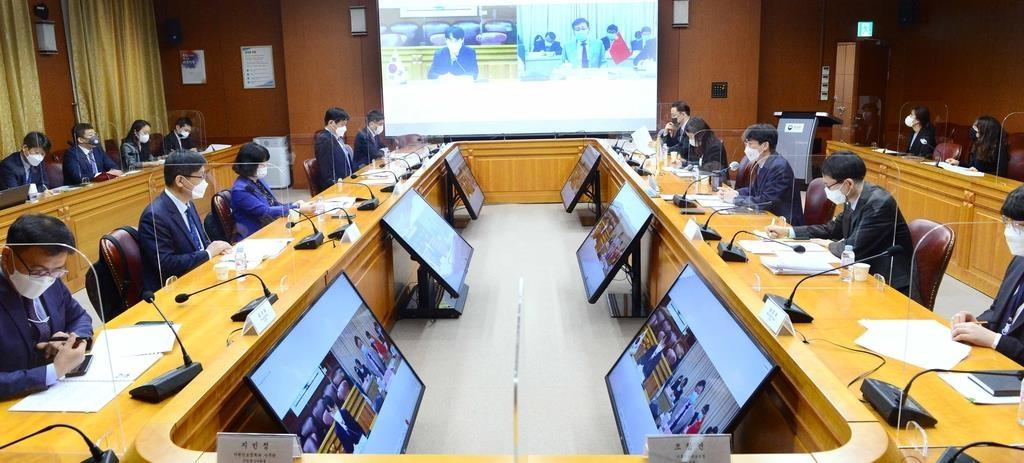 4月14日,在韩国外交部大楼,外交部东亚局局长崔喜德在线出席韩中海洋事务对话合作机制首次会议。 韩联社/外交部供图(图片严禁转载复制)