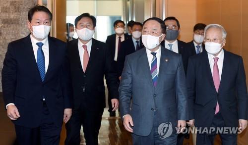 资料图片:4月16日,在位于首尔市中区的大韩商工会议所(大韩商会),经济副总理兼企划财政部长官洪楠基(右二)主持召开副总理与经济团体首长座谈会。 韩联社