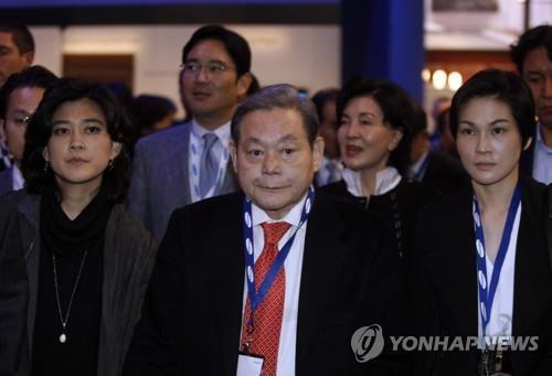 资料图片:李健熙(左二) 韩联社