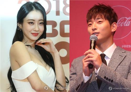 资料图片:郑珍云(右)和景丽 韩联社