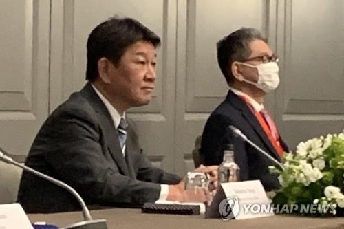 5月5日下午,在伦敦市区一酒店,为出席七国集团(G7)外长会议访英的日本外相茂木敏充(左)同韩国外长郑义溶、美国国务卿安东尼·布林肯举行会谈。 韩联社