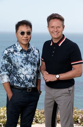 资料图片:SM娱乐总制作人李秀满(左)和米高梅电视总裁马克-伯内特 SM娱乐供图(图片严禁转载复制)