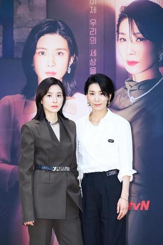李宝英(左)和金瑞亨 tvN供图(图片严禁转载复制)